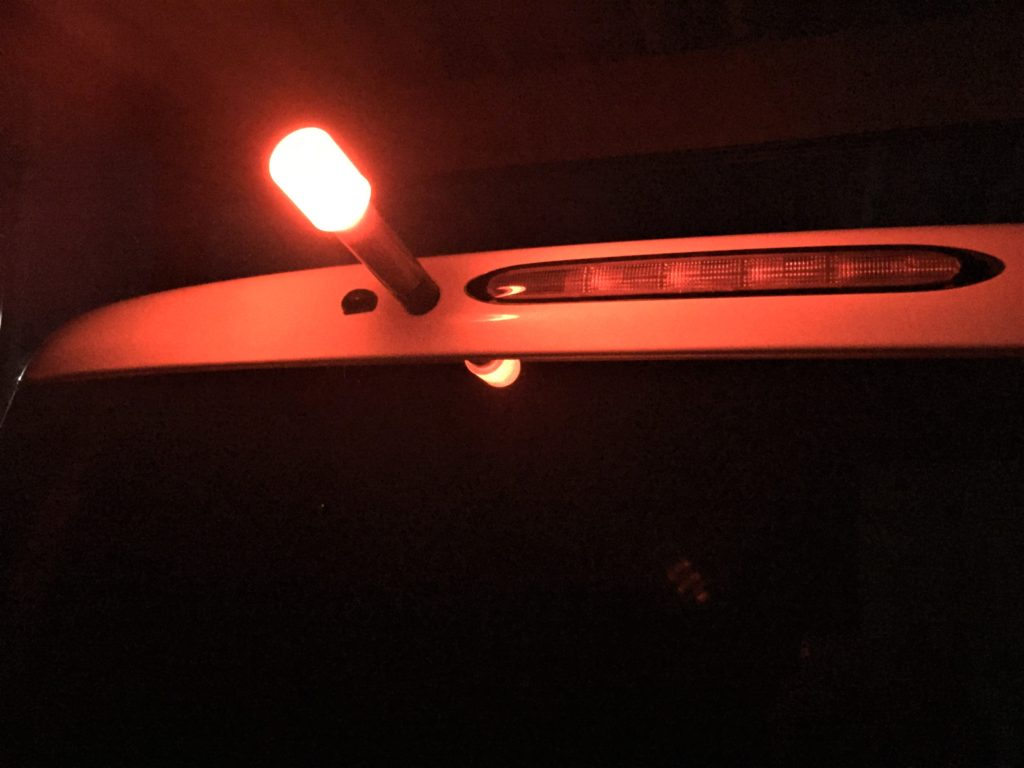 発炎筒の期限切れでも車検は通る!交換を指摘された場合の対処法 LED式発炎筒を点滅させ、車のボディーに貼り付けた状態