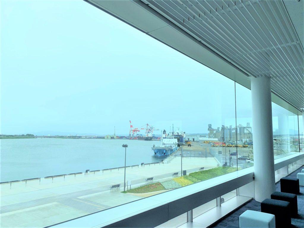 【紅葉】石川・金沢兼六園の見頃・混雑時間・駐車場やライトアップ2020について 金沢港クルーズターミナル ガラス越しの眺め