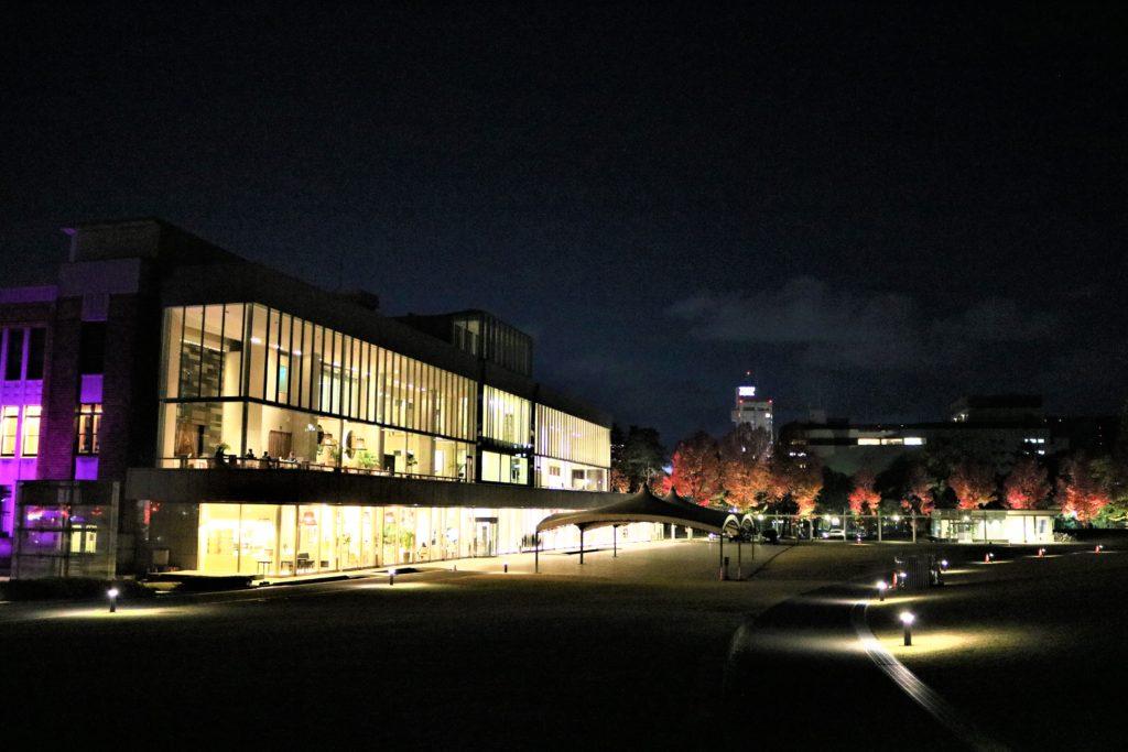 【紅葉】石川・金沢兼六園の見頃・混雑時間・駐車場やライトアップ2021について しいのき迎賓館(夜間)金沢城公園側