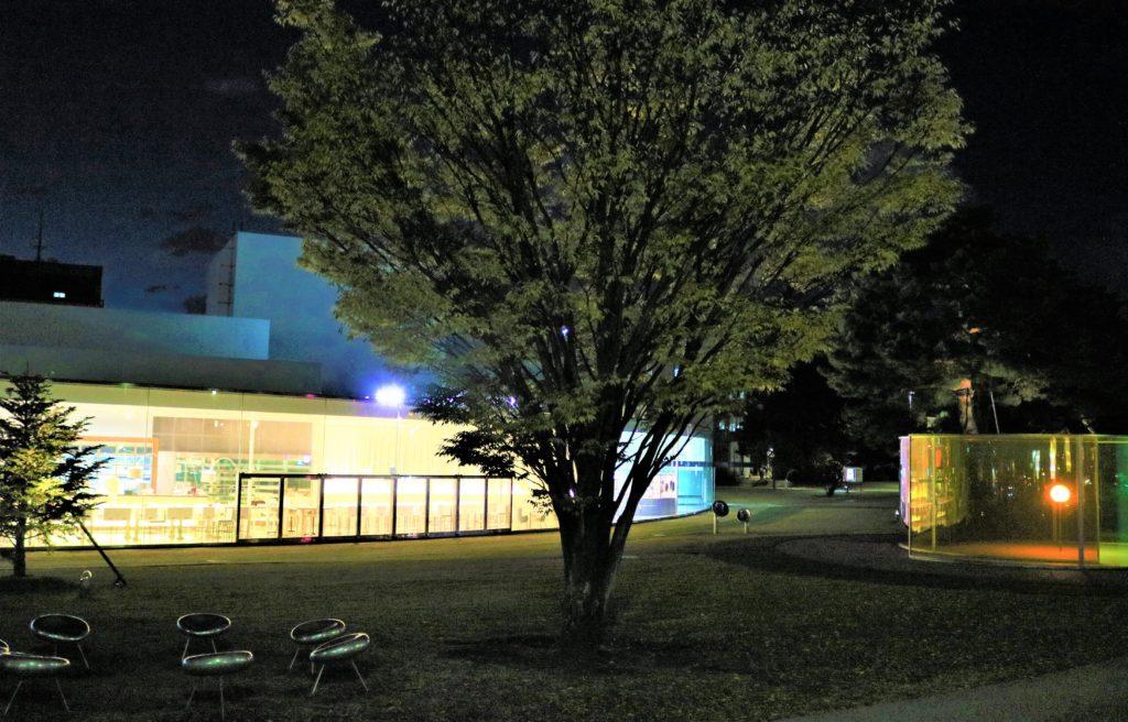 【紅葉】石川・金沢兼六園の見頃・混雑時間・駐車場やライトアップ2021について 金沢21世紀美術館(夜間)