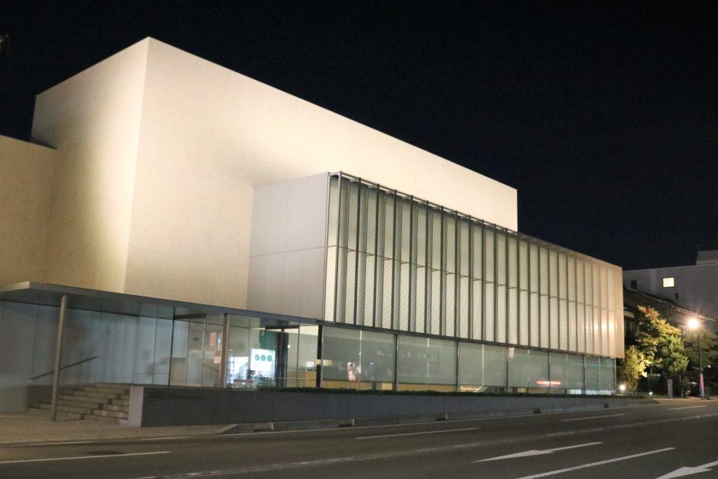 【紅葉】石川・金沢兼六園の見頃・混雑時間・駐車場やライトアップ2021について 金沢建築館 夜間