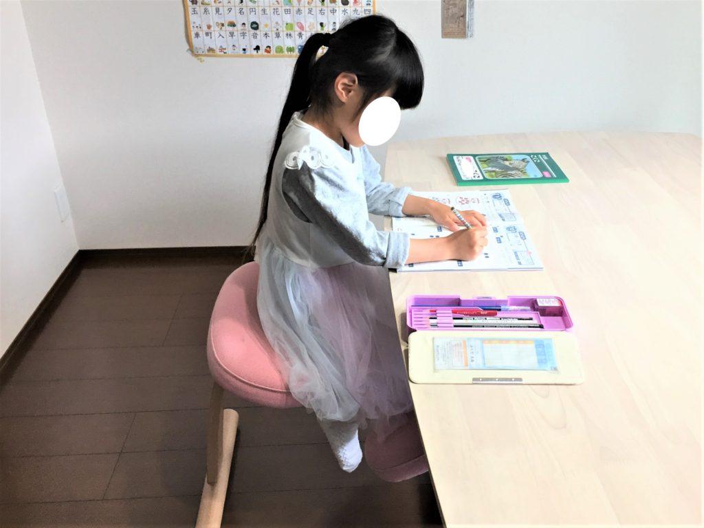 バランスイージー【バランスチェア】は姿勢が本当によくなる?子供が実際に使ってみた感想 バランスイージー バランスイージーで学習01