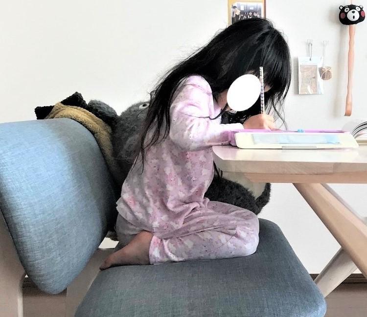 バランスイージー【バランスチェア】は姿勢が本当によくなる?子供が実際に使ってみた感想 バランスイージー 通常のイスで学習01