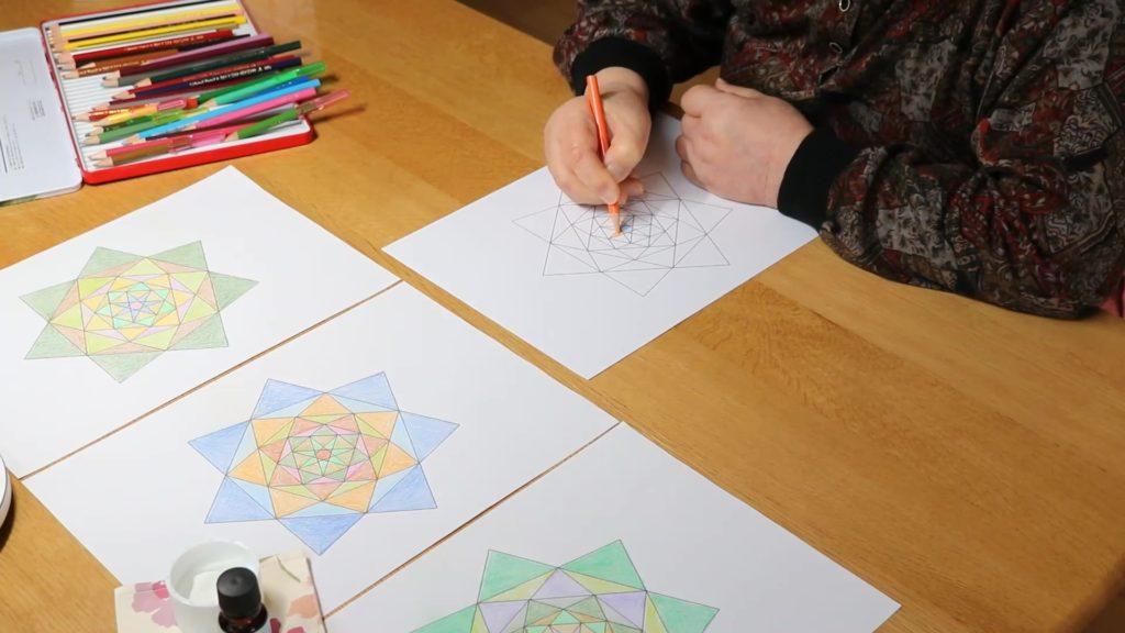 老人向けの暇つぶしグッズ 25選【使う・見る・聞く】の3パターン別 84歳のおばあちゃんが塗り絵をしている動画