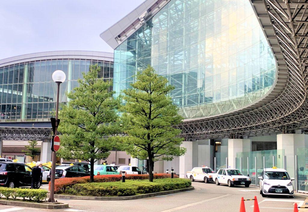 兼六園・金沢城公園など金沢観光には【バス】【自転車】がおすすめ! 金沢駅 兼六園口(東口)タクシーのりば