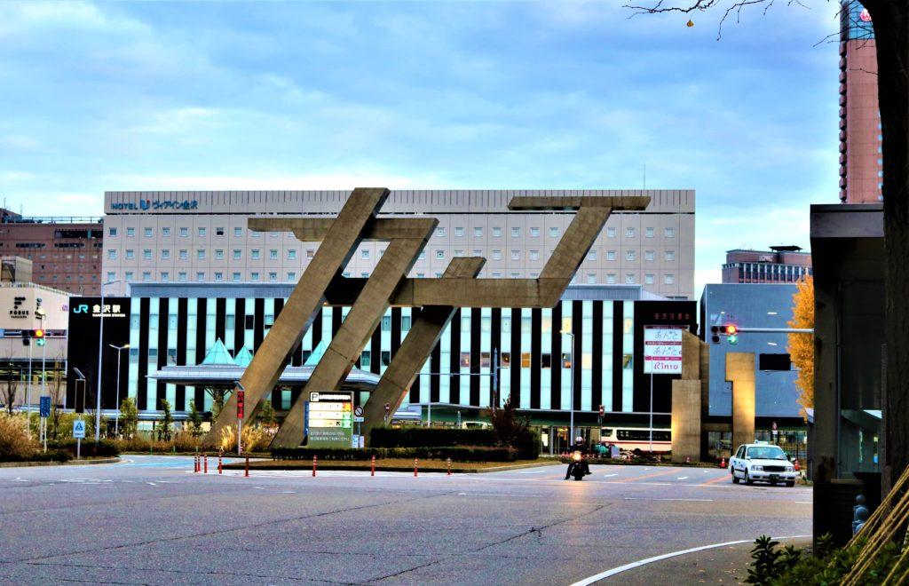 兼六園・金沢城公園など金沢観光には【バス】【自転車】がおすすめ! 北国銀行側から見たモニュメント