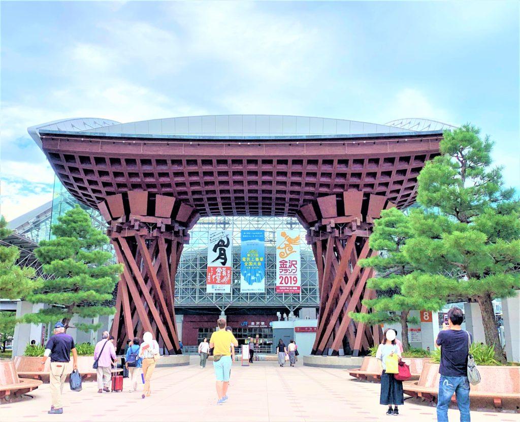兼六園・金沢城公園など金沢観光には【バス】【自転車】がおすすめ! 鼓門 日中
