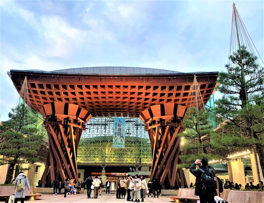 兼六園・金沢城公園など金沢観光には【バス】【自転車】がおすすめ! 鼓門 夕方