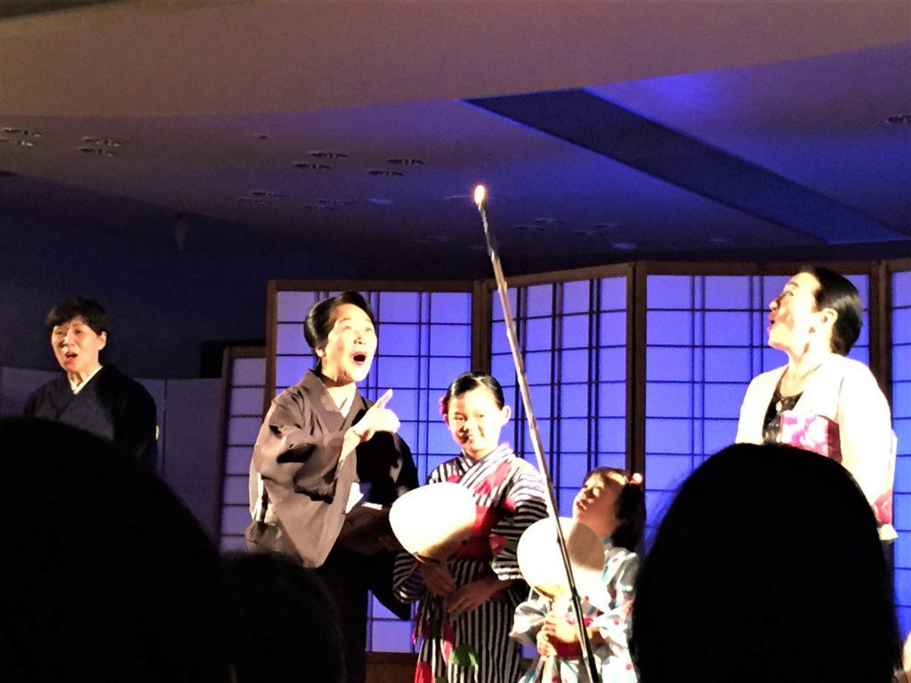 石川県金沢のホタルの観賞時期・時間帯・おすすめスポット2020 ホタル朗読会 朗読者とホタルに扮する金沢市職員さん