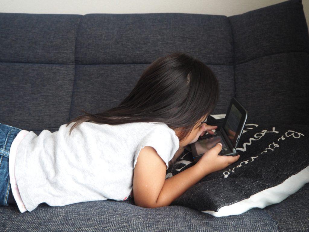 子供の姿勢矯正グッズおすすめ5選!勉強・ゲームをしながら猫背改善 あなたの子供は良い姿勢?悪い姿勢?