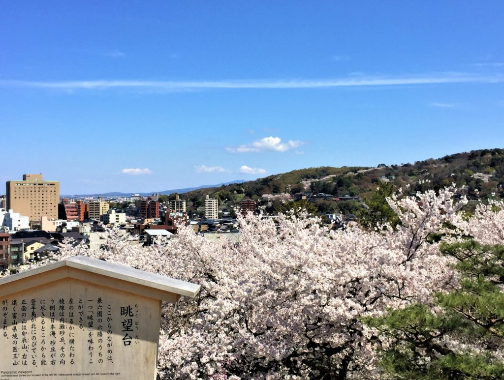 【2020春】兼六園の桜の見頃・開花予想・人気スポット10ヵ所や花見ライトアップ 兼六園眺望台からの眺め01